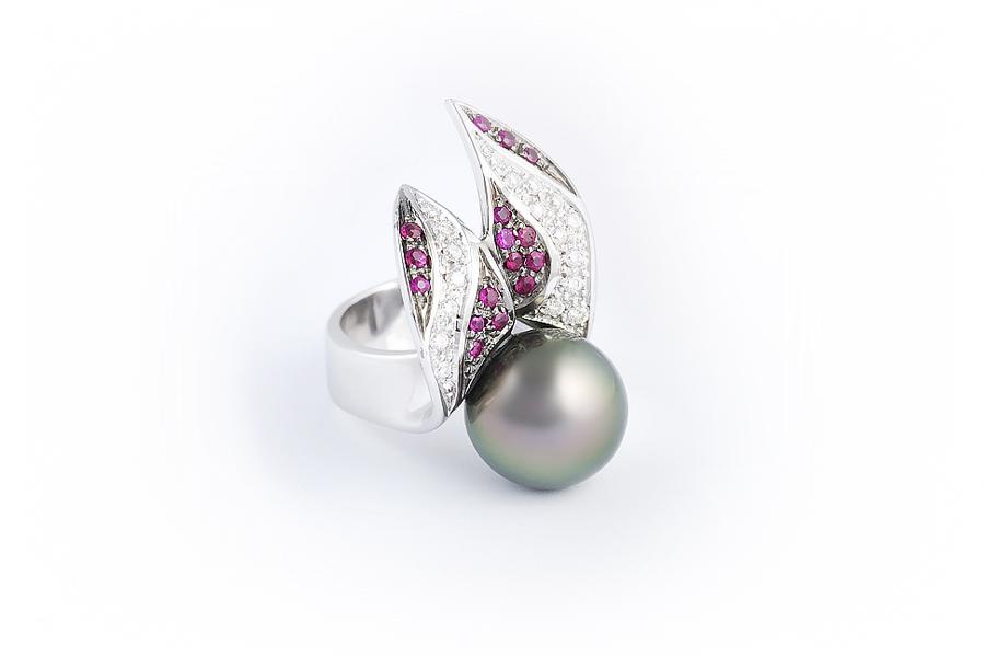 anello fire on the ice in oro bianco e brunito, perla di Tahiti,